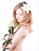 красивая женщина с цветком — Стоковое фото