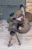 WWI British Army soldier operates an authentic Lewis machine gun — Stock Photo