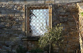 HEVER CASTLE AND GARDENS, KENT,  UK - MARCH 10, 2014: Detail of garden wall with decorative greed, 13th century castle with Tudor manor house and 250 acre of park. — Stock Photo