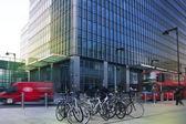 London, Velká Británie - 10 březen 2014: Canary Wharf podnikání árie. Veřejná doprava slavné Red Double Decker Bus a kola přináší dojíždějících do práce — Stock fotografie
