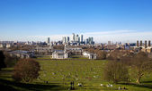 LONDON, CANARY WHARF UK - MARCH 16, 2014: Canary Wharf business district view from the London's hills — Stock Photo