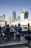 LONDON, UK - MARCH 29, 2014 South bank walk of the river Thames Young people in cafe — Stock fotografie