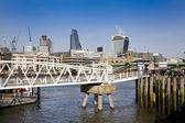 ロンドン、イギリス - 2014 年 3 月 29 日南銀行 st ポールのカテドラル ビュー テムズ川まで徒歩 — ストック写真