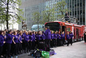 LONDON, UK - APRIL 13, 2014 - London Marathon in Canary Wharf aria, massive sport event for professionals and amateurs sportsmen, Street musicians support event — Stock Photo