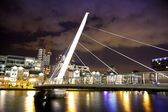 LONDON, CANARY WHARF UK - APRIL 4, 2014 Luxury apartments side of docklands and foot bridge — Stock Photo
