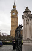 LONDON, UK - APRIL 05, 2014 The Big Ben, the House of Parliament and the Westminster Bridge with entrance gate — Stock Photo