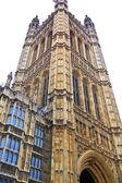 Londra, westminster, i̇ngiltere - 05 nisan 2014 evleri parlamento ve parlamento kulesi, victoria kule bahçeler görüntülemek — Stok fotoğraf