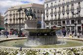 Madrid, españa - 28 de mayo de 2014: centro de madrid, puerta del sol square uno de los lugares famosos de la capital es el punto 0 km de la red radial de carreteras españolas. — Foto de Stock