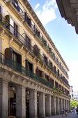 Madrid, espanha - 28 de maio de 2014: centro antigo da cidade de madrid, rua movimentada, com pessoas e tráfego — Fotografia Stock