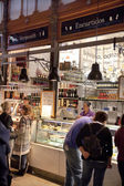 MADRID, SPAIN - MAY 28, 2014:  Mercado San Miguel market, famous food market in the centre of Madrid — Stockfoto