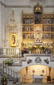 MADRID, SPAIN - MAY 28, 2014: Golden altar in Santa Maria la Real de La Almudena cathedral, Madrid, Spain. — Stockfoto