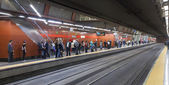 MADRID, SPAIN - MAY 28, 2014: Madrid tube station, train arriving on a platform — Стоковое фото