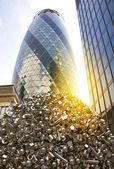 лондон, великобритания - 24 апреля 2014 г.: огурец, здание текстур windows стекла отражает небо зданий swiss re огурец, 180 метров, стоит в лондонском сити — Стоковое фото