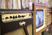 Londra, Regno Unito - 18 maggio 2014 decorativo pannello frontale, sfondo di vecchia radio, tv, collezione di cazzi e videocassette — Foto Stock