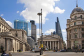 LONDON, UK - JUNE 30, 2014: Bank of England. Square with traffic and office workers — Zdjęcie stockowe