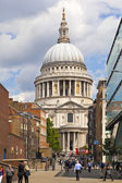 LONDON, UK - JULY 6, 2014: Queen Victoria monument next to St. Paul's cathedral — Stockfoto