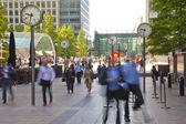 Londres, reino unido - 03 de julio 2014: la gente borrosa. gente de la oficina que se mueven rápidamente para ponerse a trabajar en la mañana en el aria de canary wharf — Foto de Stock