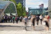 лондон, великобритания - 3 июля 2014: люди размытие. офисные людей, двигающихся быстро приступить к работе в начале утра в canary wharf арии — Стоковое фото