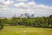 London, Wielka Brytania - 17 czerwca 2014: canary wharf biznes i bankowość aria widok ze wzgórza — Zdjęcie stockowe