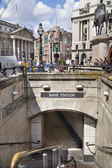 LONDON, UK - JUNE 30, 2014: Bank of England. Square with traffic and office workers — Stock Photo