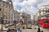 London, i̇ngiltere - 30 haziran 2014: i̇ngiltere'nin banka. trafik ve ofis çalışanları ile kare — Stok fotoğraf