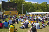 LONDON, UK - 07 JULY, 2014: Tour De France. Crowd awaiting cyclists in Green park, near the Buckingham Palace — ストック写真
