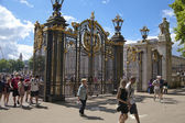 LONDON, UK - 07 JULY, 2014: Tour De France. Crowd awaiting cyclists in Green park, near the Buckingham Palace — Stock Photo