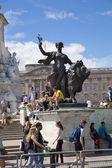 ロンドン、イギリス - 2014 年 7 月 7 日: ツールド フランスします。バッキンガム宮殿に近い、緑豊かな公園のサイクリストを待っている群衆 — ストック写真