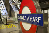 LONDON, UK - MAY 14, 2014 London tube, Canary Wharf station, busiest station in London, bringing about 100 000 office workers every day — Fotografia Stock