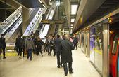 London, İngiltere - 14 Nisan 2014 Londra metro, canary wharf istasyonu, Londra, 100 000 hakkında her gün Ofis çalışanları getirerek en yoğun istasyonu — Stok fotoğraf