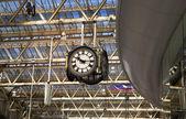 伦敦,英国-2014 年 5 月 14 日-滑铁卢国际站在伦敦,英国离境大厅与旅客主要铁路交界处之一的中心 — 图库照片