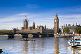 London, uk - 14. mai 2014: big ben und häuser des parlaments an der themse, london uk — Stockfoto