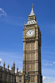 LONDON, UK - MAY 14, 2014: Big Ben and houses of Parliament on the river Thames, London UK — Foto de Stock
