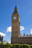 LONDON, UK - MAY 14, 2014: Big Ben and houses of Parliament on the river Thames, London UK — Stockfoto