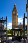LONDON, UK - JULY 14, 2014: Big Ben and houses of Parliament on the river Thames, London UK — Foto de Stock