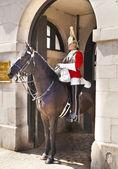 лондон, великобритания - 14 мая 2014:-членов гвардии лошадь королевы на дежурстве. парад гвардии лошади, лондон — Стоковое фото
