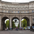 LONDON, UK - MAY 14, 2014: Admiralty Arch in London next to Trafalgar square, path leading pedestrian via The Mall to Buckingham palace — Stock Photo