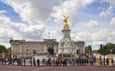 LONDON, UK - JULY 14, 2014: The Victoria Memorial is a sculpture dedicated to Queen Victoria, created by Sir Thomas Brock. Placed at the centre of Queen's Gardens in front of Buckingham Palace. — Stock Photo