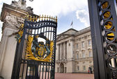 LONDON, UK - MAY 14, 2014: Buckingham Palace the official residence of Queen Elizabeth II and one of the major tourist destinations U.K. Entrance and main gate with lanterns — Foto de Stock