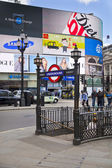 LONDON, UK - MAY 14, 2014: People and traffic in Piccadilly Circus in London. Famous place for romantic dates.Square was built in 1819 to join of Regent Street — Foto Stock