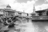 LONDON, UK - MAY 14, 2014 National Gallery, Nelson monument.  Trafalgar Square with lots of tourists — Stock Photo