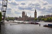 London, verenigd koninkrijk - 14 mei 2014: jubileum park op zuidelijke oever van de rivier de theems met uitzicht op londen oog — Stockfoto