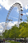 LONDON, UK - MAY 14, 2014: Jubilee park on south bank of the river Thames with London Eye view — Stockfoto