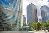 LONDON, CANARY WHARF UK - JUNE 26, 2014: Modern glass architecture of Canary Wharf business aria, and office workers — Stock Photo