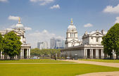 LONDON UK - MAY 15, 2014: View on business district Canary Wharf from old English park Greenwich, south of London — Stockfoto