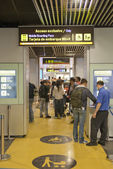 MADRID, SPAIN - MAY 28, 2014: Interior of Madrid airport, queue in departure waiting aria — Stock Photo