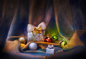 Christmas background with silver balls and present — 图库照片