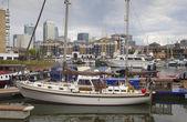 ロンドン、イギリス - 2014 年 6 月 3 日: ライムハウス盆地ロンドン、プライベート湾と yatches やフラット カナリー ・ ワーフ ビューとボートのための中心 — ストック写真