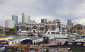 LONDON, UK - 3 JUNE 2014: Limehouse basin in the centre of London, private bay for boats and yatches and flats with Canary Wharf view — Stock Photo