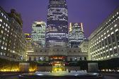 ロンドン、イギリス - 2014 年 7 月 14 日: 夕暮れのロンドンの金融街の夕暮れ、有名な高層ビルでカナリー ・ ワーフ. — ストック写真